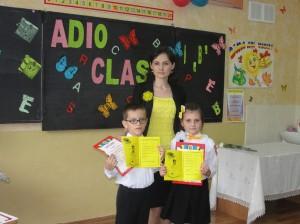 2 eminenţi de la Liceul sportiv nr. 2, Chişinău, împreună cu învăţătoarea Marina Panico